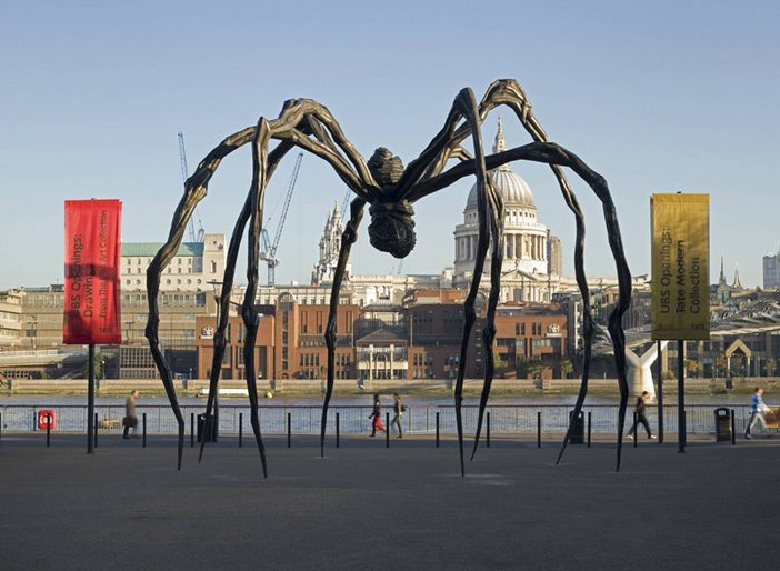 Louise Bourgeois Maman 1999 outside Tate Modern