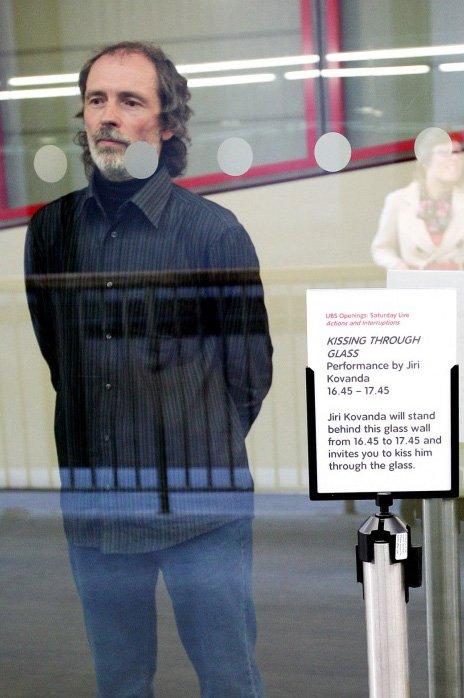 Jiří Kovanda, Kissing Through Glass 2007