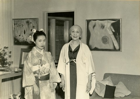 Kusama with Zoe Dusanne at Dusanne Gallery, Seattle, 1957