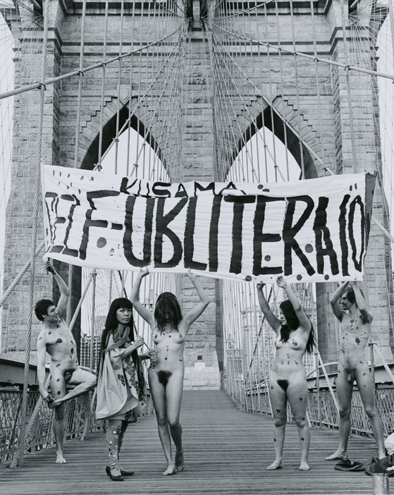 Yayoi Kusama, Anti-War naked happening, Brooklyn Bridge, New York, 1968, documented by Shunk- Kender