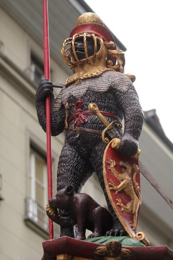 The Zähringerbrunnen (Zähringen Fountain) displays a statue of bear in full armour