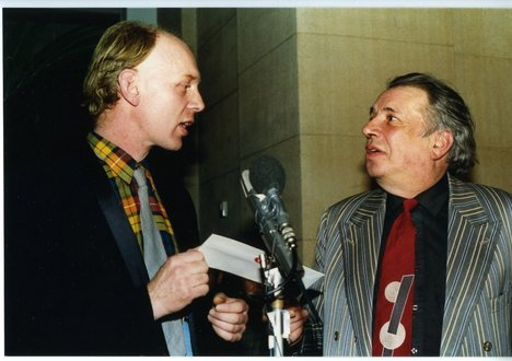 Richard Deacon receiving the Turner Prize from George Melly, 1987