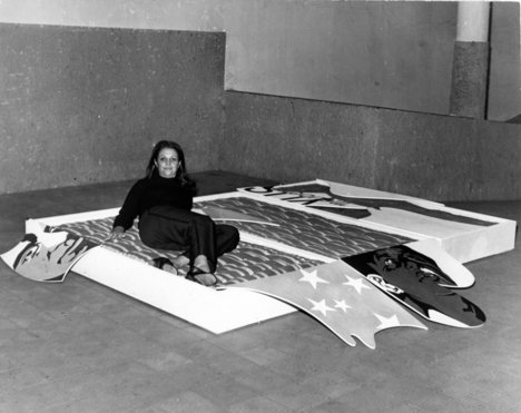 Teresinha Soares with She Hit on Me (BEDS) installed at Municipal Park, Belo Horizonte, 1970