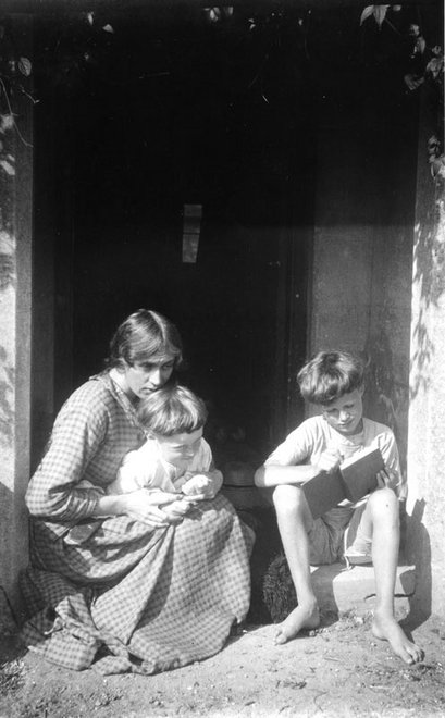 A photograph from Vanessa Bell's photograph albums - TGA 9020