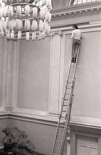 Fig.14 Blinky Palermo realizza il suo dipinto murale Blu / Giallo / Bianco / Rosso nell'agosto 1970, per Strategia: Get Arts presso l'Edinburgh College of Art, 1970