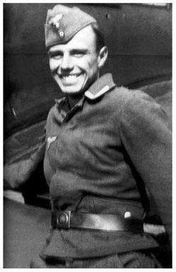 Fig.1 Fotografia sconosciuta di Beuys come ufficiale presso la Luftflottennachrichtenschule 2 (Airforce Signal School 2) a Königgrätz, 1942