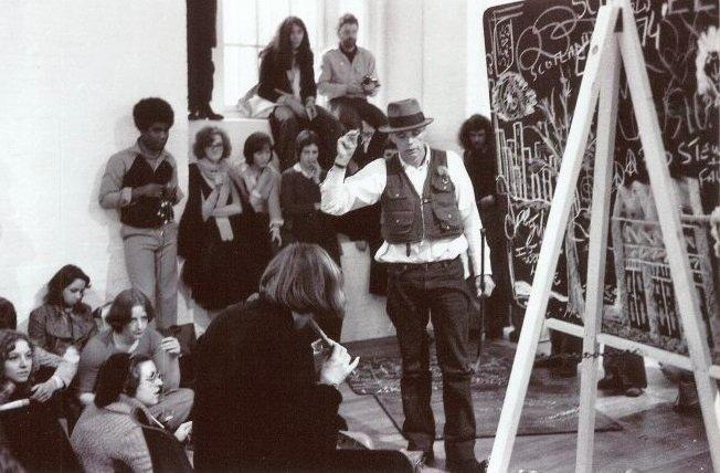 Fig.22 Joseph Beuys all'ICA durante la mostra Art into Society - Society into Art: Seven German Artists, ottobre - novembre 1974