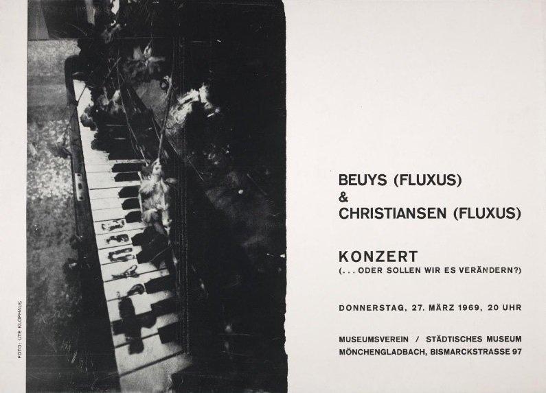 Fig.2 Invito a ... o dovremmo cambiarlo?  (... oder sollen wir es verändern?) di Joseph Beuys e Henning Christiansen, Städtisches Museum Mönchengladbach, 27 marzo 1969