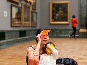 donna e bambino guardando arte