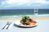 fotografia del tavolo con vista sul mare
