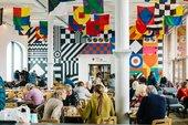Photo de personnes assises à l'intérieur du café Tate Liverpool