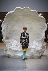 Kara Walker in front of Kara Walker Fons Americanus Tate Modern 2019 (detail). Photo: © Ben Fisher)