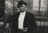 Dawoud Bey, A Man in a Bowler Hat,1976, photograph, gelatin silver print on paper - © Dawoud Bey, courtesy Stephen Daiter Gallery, Chicago