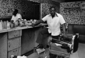 Dawoud Bey, Deas McNeil, the Barber, 1976, photograph, gelatin silver print on paper - © Dawoud Bey, courtesy Stephen Daiter Gallery, Chicago