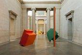 Installazione di sculture di Philip King nelle Gallerie Duveen