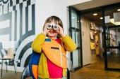 una niña mira por los prismáticos