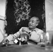 Fig.2 Teshigahara Sōfū visiting Sam Francis's studio, Paris, c.1955