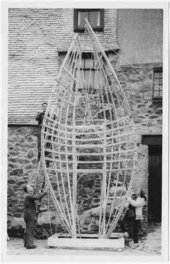 Barbara Hepworth First stage of the armature of Winged Figure prototype in the Palais yard with Dicon Nance and Norman Stocker 1962