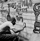 Gordon Parks, Gang Member Graffitis a Wall, Harlem, New York, 1948