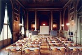 Candida Höfer Aula ETH in Zürich 1994 (hall with table chairs and projector screen)