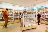 Leute schauen sich die Bücher im Tate St. Ives Shop an
