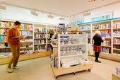 la gente mira los libros en la tienda de Tate St Ives