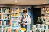 Eine Frau liest ein Buch im Tate Liverpool Laden