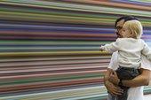 hombre y bebé mirando el arte