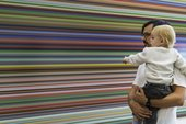 homme et bébé regardant l'art