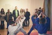 fotografia di bambini che fanno karate