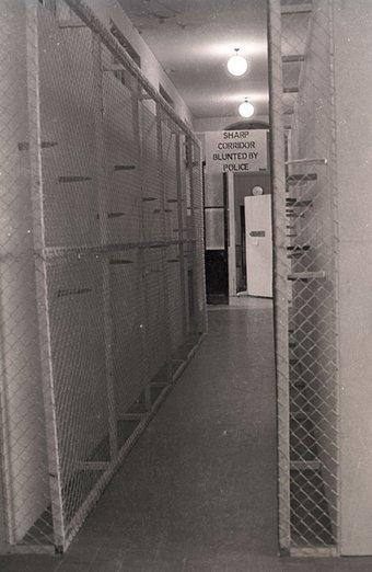 Fig.16 Sharp Corridor di Günther Uecker smontato dalla polizia nella mostra Strategia: Get Arts presso l'Edinburgh College of Art, 1970