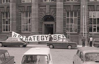 Fig.1 Ingresso all'Edinburgh College of Art con il banner per la strategia: Get Arts