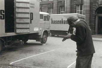 Fig.3 George Oliver fotografa l'arrivo di opere d'arte per la strategia: mostra d'arte al Edinburgh College of Art, 23 agosto - 12 settembre 1970
