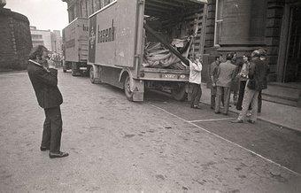 Fig.7 Richard Demarco fotografa l'arrivo dei trasporti da Düsseldorf all'Edinburgh College of Art, portando opere d'arte e materiali per la strategia: Get Arts, 1970