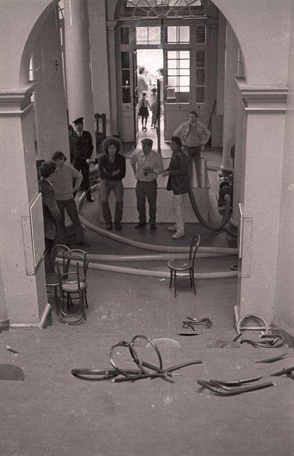 Fig.17 Centro, da sinistra a destra: Klaus Rinke, Stefan Wewerka e Günther Uecker in piedi con il tubo dell'acqua di Klaus Rinke nell'atrio dell'Edinburgh College of Art durante l'installazione di Strategy: Get Arts, agosto 1970