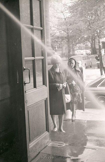 Fig.18 Visitatori che si avvicinano all'installazione a getto d'acqua di Klaus Rinke all'ingresso della mostra Strategy: Get Arts presso l'Edinburgh College of Art, 1970