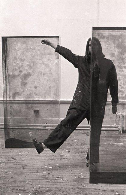 Fig.20 Alexander Hamilton (assistente studentesco del College of Art di Edimburgo) con due cubi di vetro triplex di Erich Reusch durante l'installazione di Strategy: Get Arts presso l'Edinburgh College of Art, agosto 1970