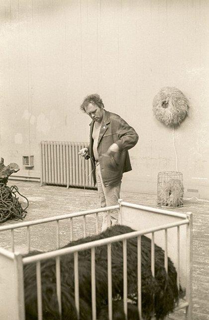 Fig.21 Günter Weseler sta preparando la sua installazione per Strategy: Get Arts presso l'Edinburgh College of Art, agosto 1970