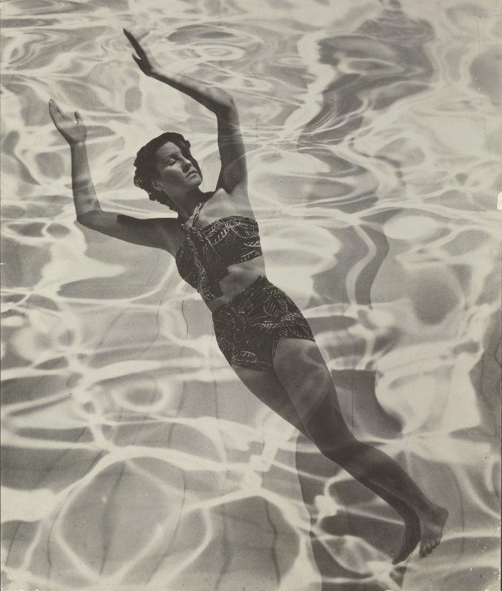 Fotografía en blanco y negro de una modelo en traje de baño