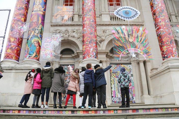 Los niños miran hacia la fachada de la Tate britain
