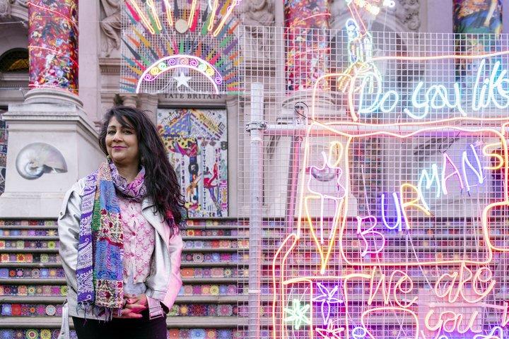 Chila Kumari Singh Burman frente a su obra de arte en la Tate Britain