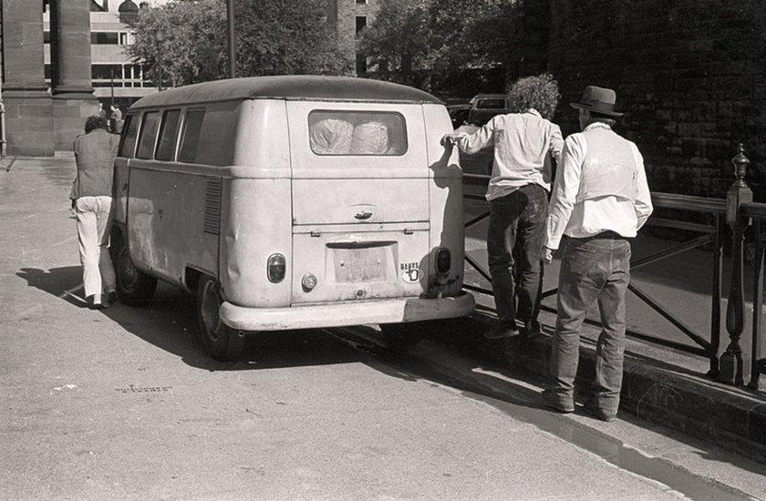 Fig.10 Joseph Beuys (a destra) con assistenti non identificati che spingono il camper Volkswagen utilizzato nel suo lavoro The Pack 1969 (Das Rudel) for Strategy: Get Arts presso l'Edinburgh College of Art, 1970