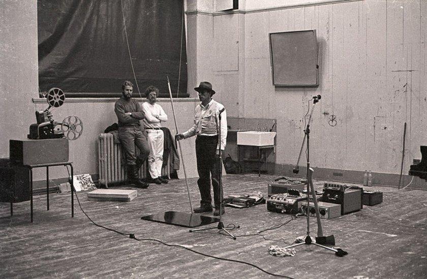 Fig.11 Joseph Beuys e Henning Christiansen eseguono la Sinfonia scozzese celtica (Kinloch Rannoch) durante la mostra Strategy: Get Arts presso l'Edinburgh College of Art, 1970
