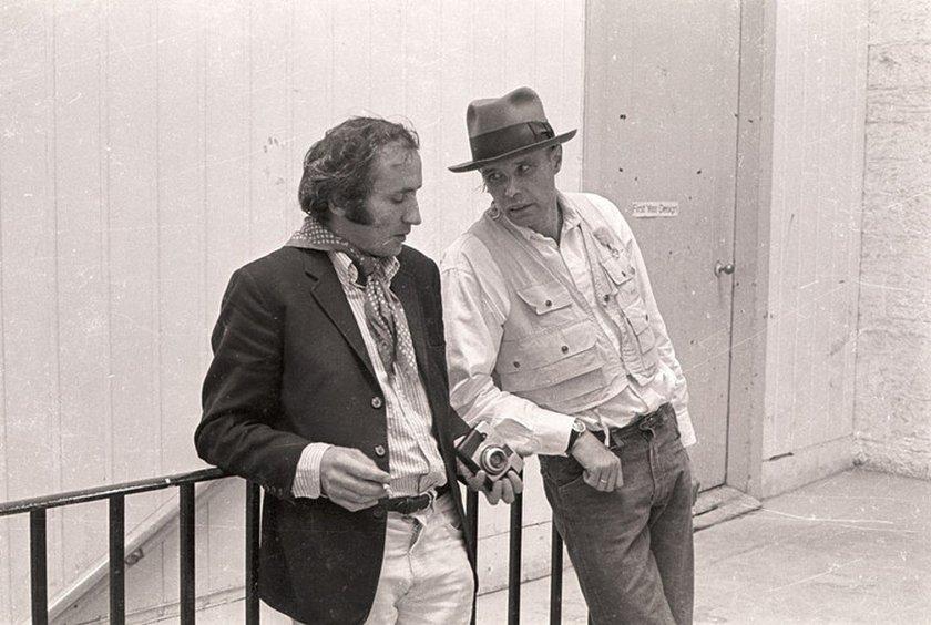 Fig.23 Richard Demarco (a sinistra) e Joseph Beuys all'Edinburgh College of Art durante l'installazione di The Pack (Das Rudel) di Beuys 1969 for Strategy: Get Arts, agosto 1970