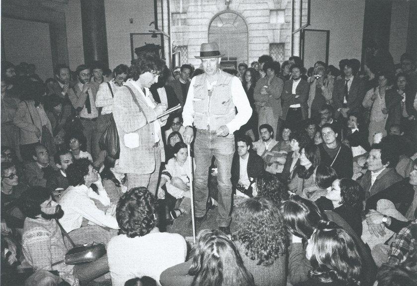 Fig.3 Checco Zotti e Joseph Beuys impegnati nella discussione con il pubblico, Palazzo Braschi, Roma, 1981