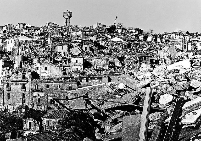 Fig.4 Giuseppe M. Galasso, Veduta della città distrutta dell'Irpinia, novembre 1980