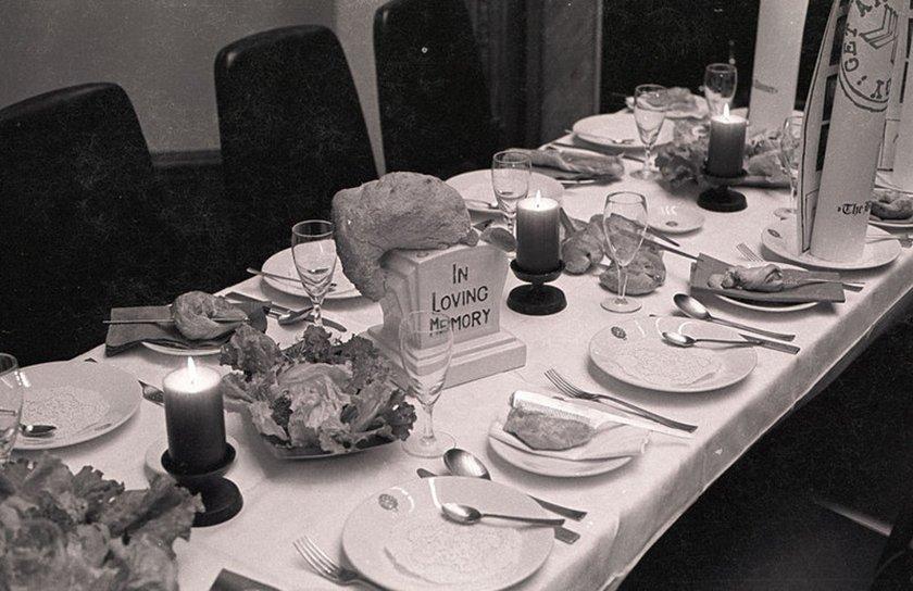 Fig.4 La cena trappola per banane di Daniel Spoerri del 1970, nella sala riunioni dell'Edinburgh College of Art per la mostra Strategy: Get Arts