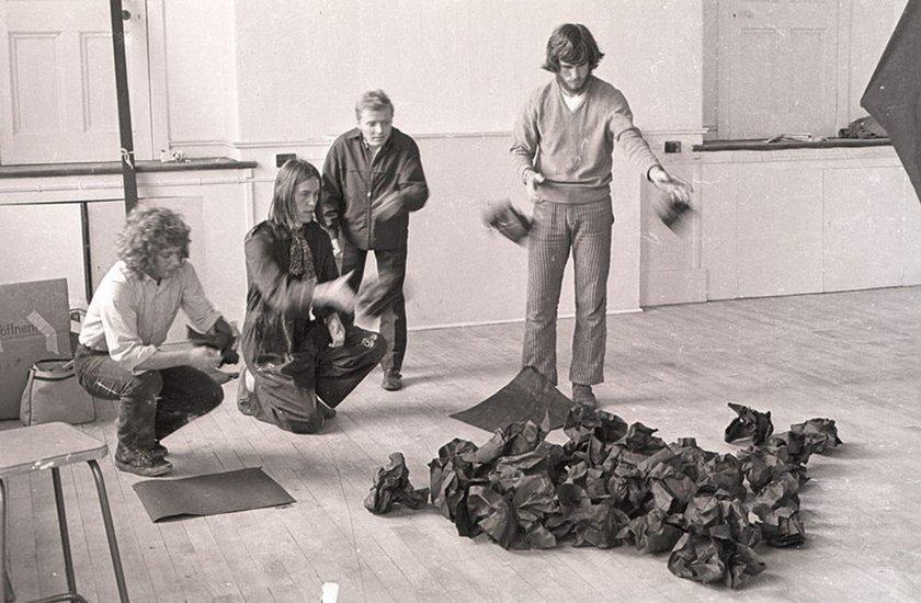 Fig.5 Reiner Ruthenbeck (terza a sinistra) con Alexander Hamilton (seconda a sinistra) e assistenti studenteschi non identificati del College of Art di Edimburgo durante l'installazione del lavoro di Ruthenbeck per Strategy: Get Arts presso l'Edinburgh College of Art, 1970