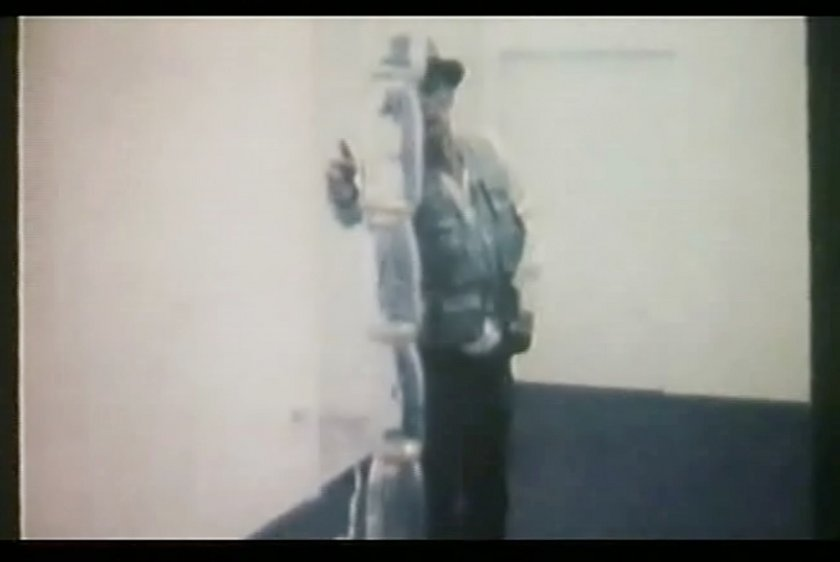 Fig.6 Film ancora da Diagramma Terremoto di Mario Franco (Joseph Beuys, Napoli 1981) 1997, che mostra Joseph Beuys mentre esegue Diagramma Terremoto a Napoli, 1981