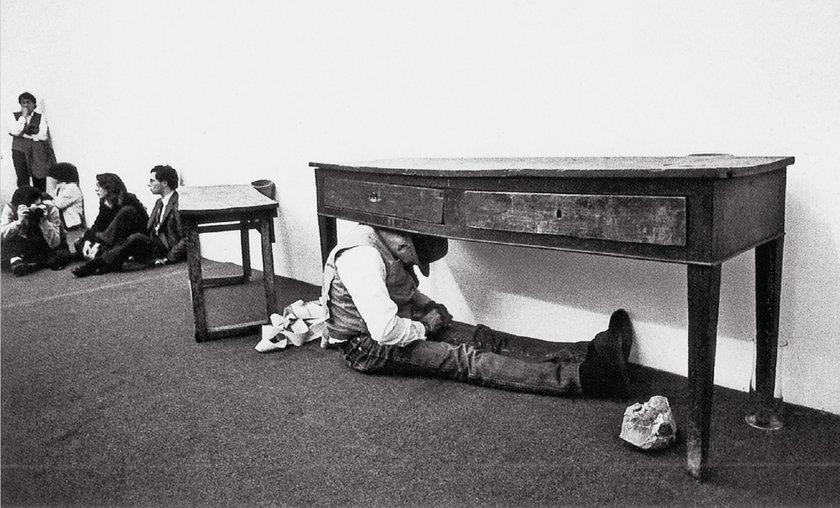 Fig.7 Joseph Beuys esegue Terremoto in Palazzo presso l'Agenzia d'Arte Moderna di Napoli, 1981